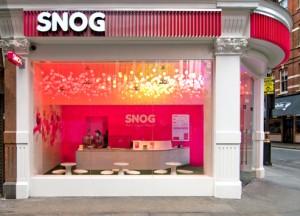 Uma fachada de uma loja de gelados de iogurte, que não passa despercebida.