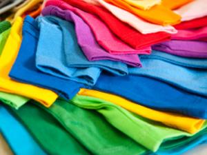 Existem muitas marcas que comercializam t-shirts lisas para se estampar. Nos modelos básicos é fácil encontrar a cor que queremos.