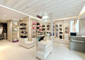 Nesta loja o olhar dos clientes vai para a roupa. Não há nada mais a competir pela atenção do cliente.