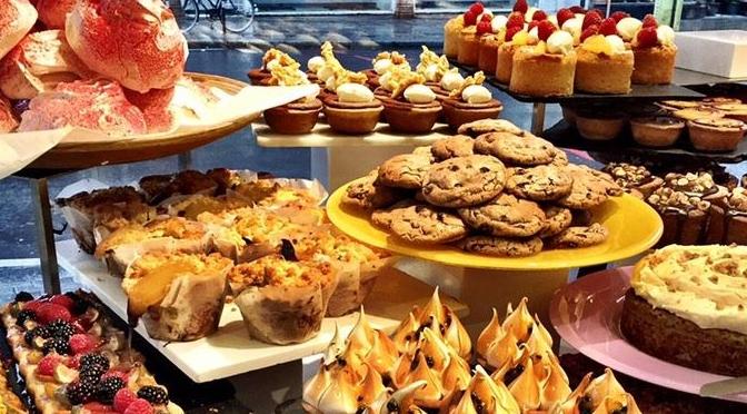 A apresentação de bolos em vitrines