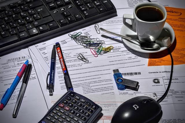 imagem com contratos. Aumentar os lucro de uma loja reduzindo os custos dos contratos de serviços